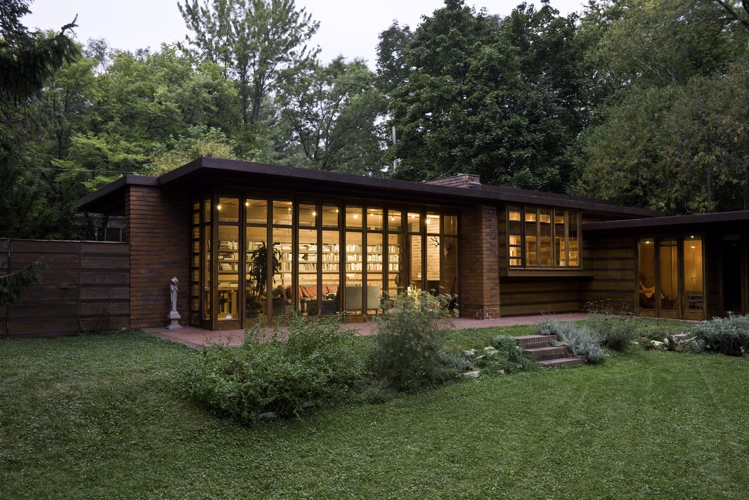 photo credit: http://0.tqn.com/d/architecture/1/0/_/t/JacobsHouse_exterior.jpg