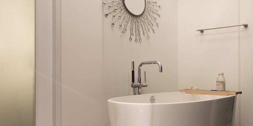 modern bathroom_soaking tub
